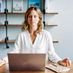 Louise praktiziert Mindfulness
